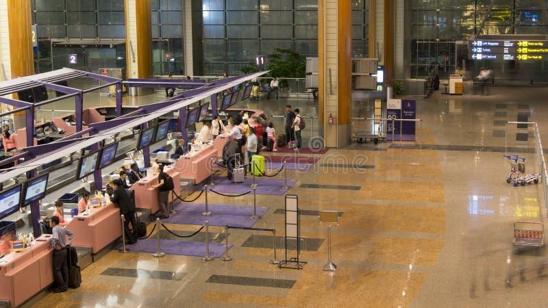 Έλεγχος στους μετρητές του τερματικού αερολιμένων Σινγκαπούρης. στοκ εικόνα
