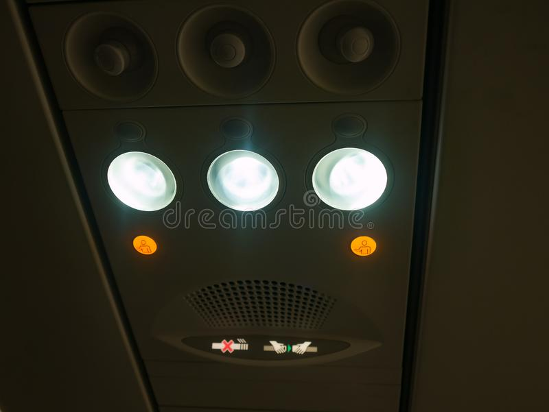 Έλεγχος ταμπλό υπερυψωμένος στην καμπίνα αεροπλάνων στοκ εικόνες