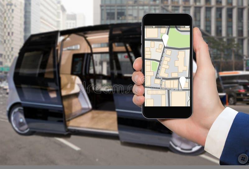 Έλεγχος του μόνου οδηγώντας λεωφορείου από κινητό app στοκ φωτογραφία με δικαίωμα ελεύθερης χρήσης