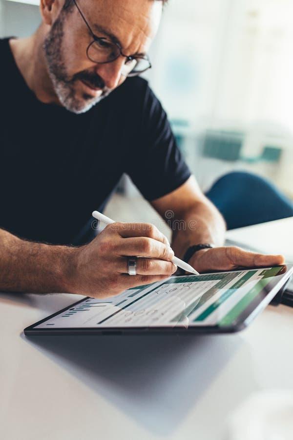 Έλεγχος των οικονομικών εκθέσεων στο PC ταμπλετών στοκ φωτογραφία με δικαίωμα ελεύθερης χρήσης
