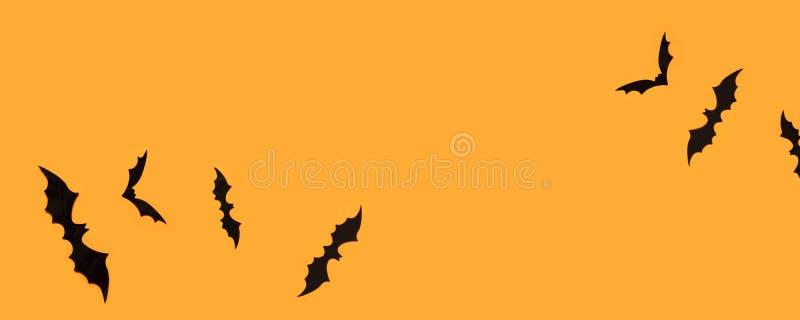 Έμβλημα αποκριών με τα μαύρα ρόπαλα σε ένα πορτοκαλί υπόβαθρο, τοπ άποψη στοκ εικόνα με δικαίωμα ελεύθερης χρήσης