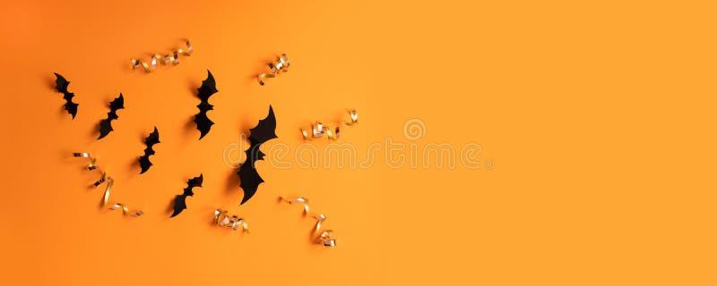 Έμβλημα αποκριών με το Μαύρο αλλά σε ένα πορτοκαλί υπόβαθρο, τοπ άποψη στοκ εικόνες