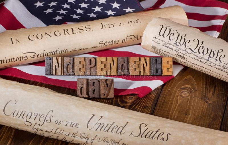 Έμβλημα ημέρας της ανεξαρτησίας με τα ιστορικά έγγραφα και το Americ στοκ εικόνες