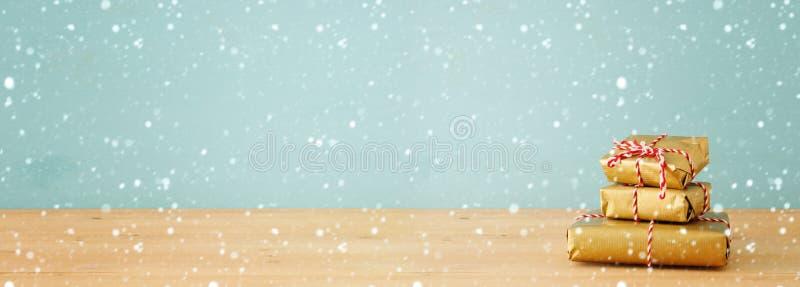 έμβλημα των χειροποίητων τυλιγμένων κιβωτίων δώρων πέρα από τον ξύλινο πίνακα στοκ εικόνα με δικαίωμα ελεύθερης χρήσης