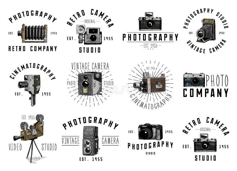 Έμβλημα λογότυπων φωτογραφιών ή ετικέτα, βίντεο, ταινία, κάμερα κινηματογράφων από πρώτα το τώρα εκλεκτής ποιότητας, χαραγμένο χέ διανυσματική απεικόνιση