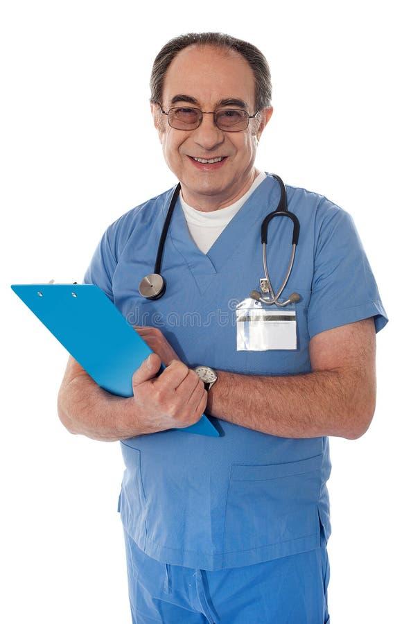 έμπειρο γιατρός χαμόγελο φωτογραφικών μηχανών στοκ φωτογραφία με δικαίωμα ελεύθερης χρήσης