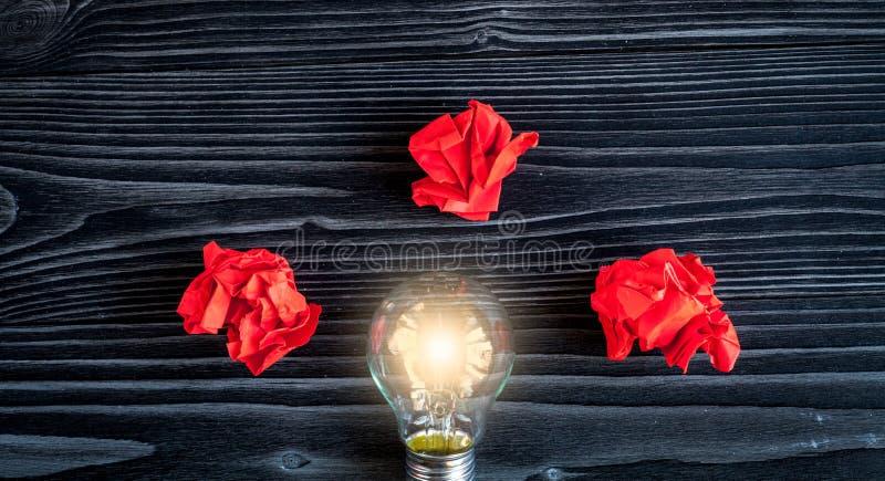 Έμπνευση ιδέας έννοιας στη σκοτεινή ξύλινη τοπ άποψη υποβάθρου στοκ φωτογραφίες