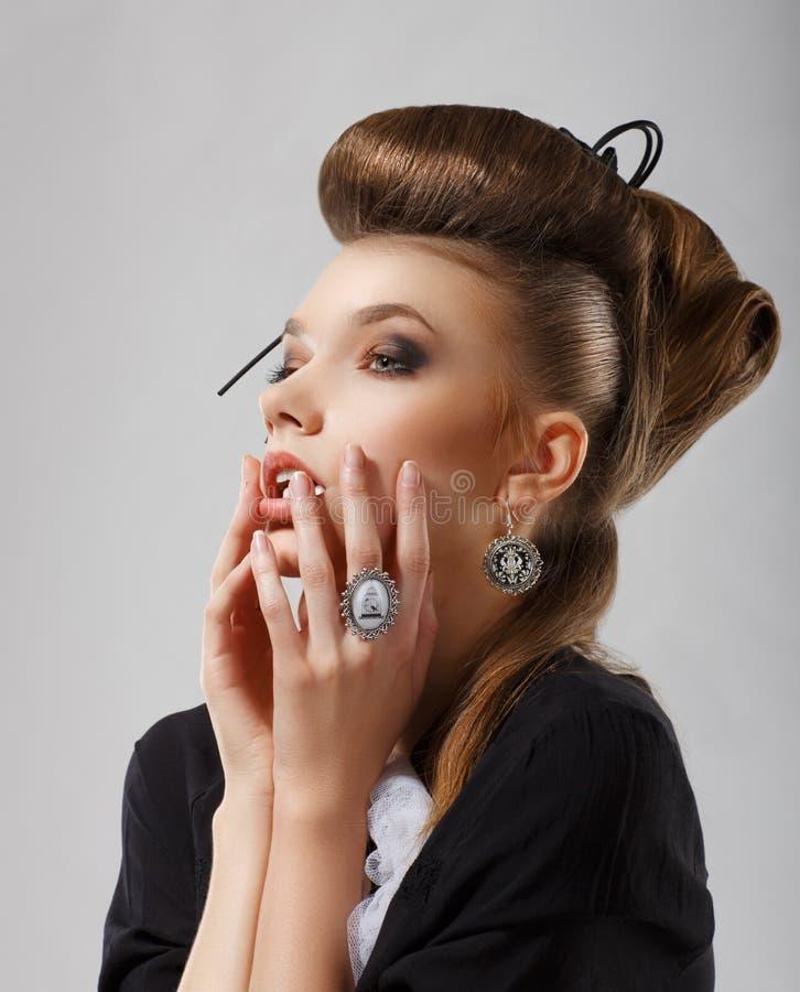 Έμπνευση. Πανέμορφη καυκάσια γυναίκα με το κόσμημα. Τρίχα Updo στοκ εικόνες