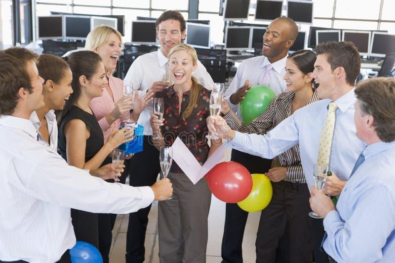 Έμποροι αποθεμάτων που γιορτάζουν στο γραφείο στοκ εικόνες με δικαίωμα ελεύθερης χρήσης