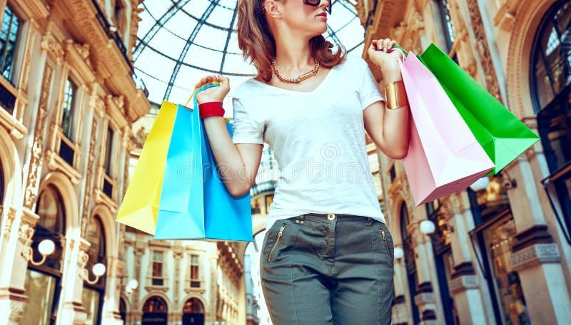 Έμπορος μόδας με τις τσάντες αγορών σε Galleria Vittorio Emanuele στοκ φωτογραφία
