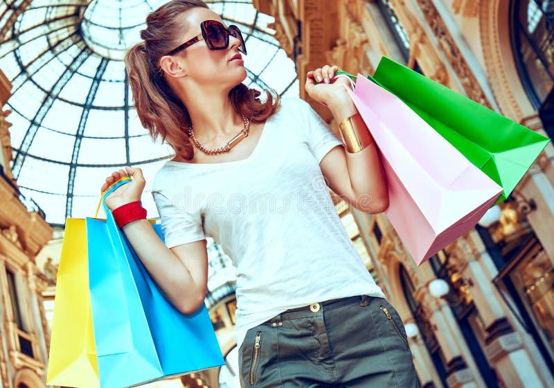 Έμπορος μόδας με τις τσάντες αγορών σε Galleria Vittorio Emanuele στοκ φωτογραφίες