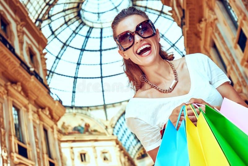 Έμπορος μόδας με τις τσάντες αγορών σε Galleria Vittorio Emanuele στοκ εικόνα με δικαίωμα ελεύθερης χρήσης