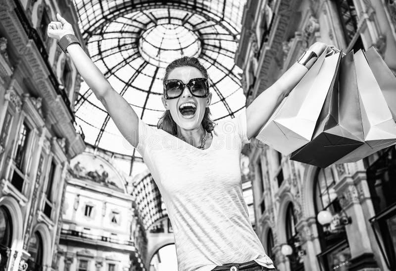Έμπορος μόδας με τις τσάντες αγορών σε Galleria Vittorio Emanuele στοκ φωτογραφία με δικαίωμα ελεύθερης χρήσης