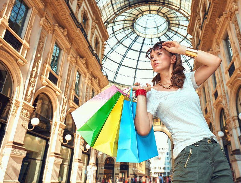 Έμπορος μόδας με τις τσάντες αγορών σε Galleria Vittorio Emanuele στοκ φωτογραφίες με δικαίωμα ελεύθερης χρήσης