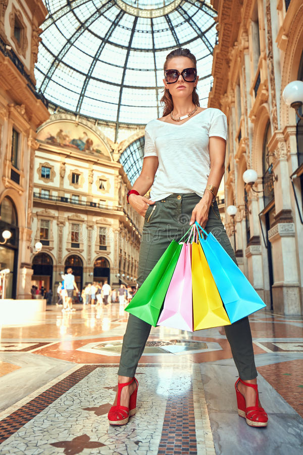 Έμπορος μόδας eyeglasses με τις τσάντες αγορών σε Galleria στοκ φωτογραφίες με δικαίωμα ελεύθερης χρήσης