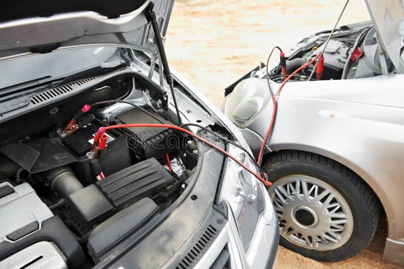 έναρξη αλτών μηχανών αυτοκινήτων καλωδίων μπαταριών στοκ εικόνες με δικαίωμα ελεύθερης χρήσης