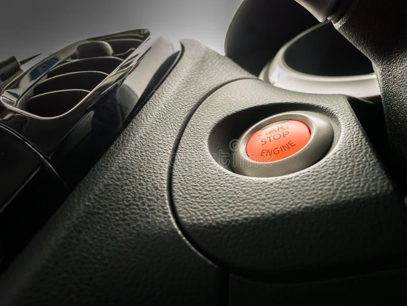 Έναρξη κουμπιών ώθησης της μηχανής που βρίσκεται στη μαύρη επιτροπή εξόρμησης στοκ φωτογραφία με δικαίωμα ελεύθερης χρήσης