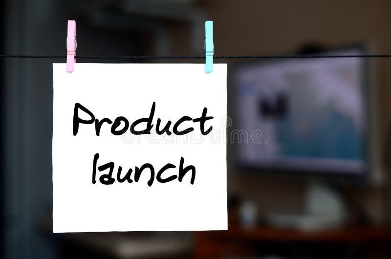 Έναρξη προϊόντων Η σημείωση γράφεται σε μια άσπρη αυτοκόλλητη ετικέττα που κρεμά τα WI στοκ φωτογραφίες με δικαίωμα ελεύθερης χρήσης
