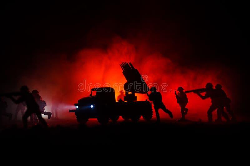 Έναρξη πυραύλων με τα σύννεφα πυρκαγιάς Σκηνή μάχης με τα βλήματα πυραύλων με την κεφαλή πυραύλου που στοχεύει στο θλιβερό ουρανό στοκ φωτογραφίες