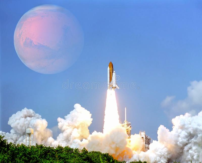 Έναρξη του διαστημοπλοίου από το spaceport στον πλανήτη Άρης στοκ εικόνες με δικαίωμα ελεύθερης χρήσης