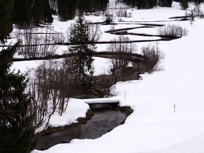 Ένας άνεμος ποταμός σε ένα άσπρο χειμερινό τοπίο στοκ φωτογραφία με δικαίωμα ελεύθερης χρήσης