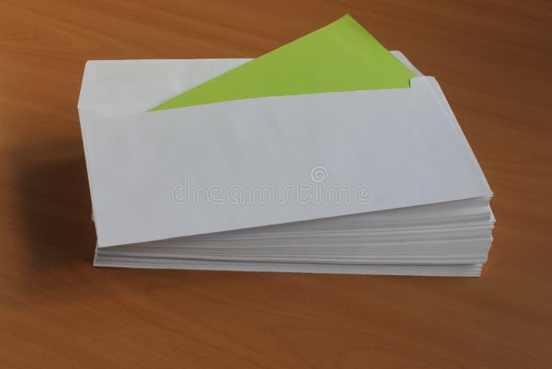 Ένας άσπρος φάκελος βάζει στον πίνακα στοκ φωτογραφία με δικαίωμα ελεύθερης χρήσης