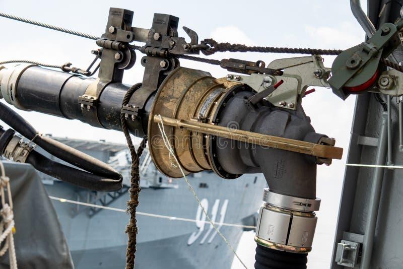 Ένας έλεγχος καυσίμων από HTMS Chakri Naruebet πλησιάζει το δέκτη στο άλλο βασιλικό ταϊλανδικό πολεμικό πλοίο να ανεφοδιάσει σε κ στοκ εικόνα με δικαίωμα ελεύθερης χρήσης
