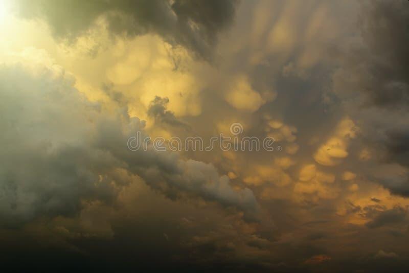 Ένας ήλιος μεταξύ των σύννεφων στοκ φωτογραφίες με δικαίωμα ελεύθερης χρήσης