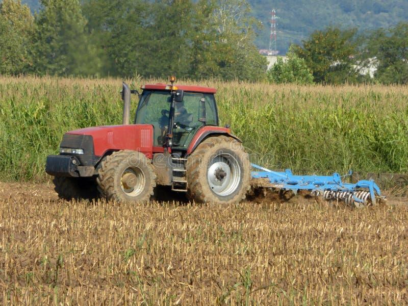 Ένας αγρότης με ένα τρακτέρ που οργώνει το έδαφος πρίν σπέρνει στο Lo στοκ φωτογραφία με δικαίωμα ελεύθερης χρήσης