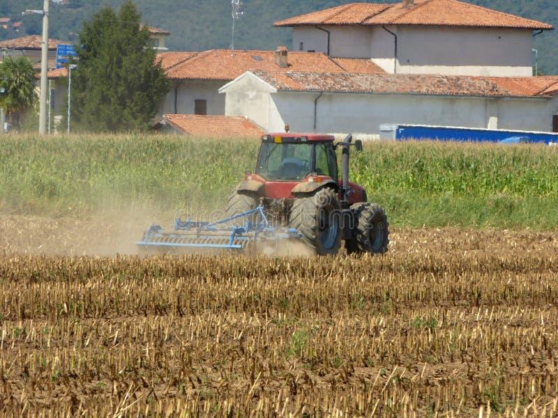 Ένας αγρότης με ένα τρακτέρ που οργώνει το έδαφος πρίν σπέρνει 125 στοκ φωτογραφίες με δικαίωμα ελεύθερης χρήσης