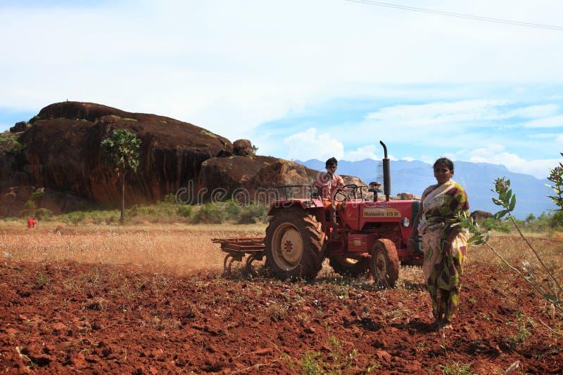 Ένας αγρότης σε ένα τρακτέρ στοκ φωτογραφία με δικαίωμα ελεύθερης χρήσης