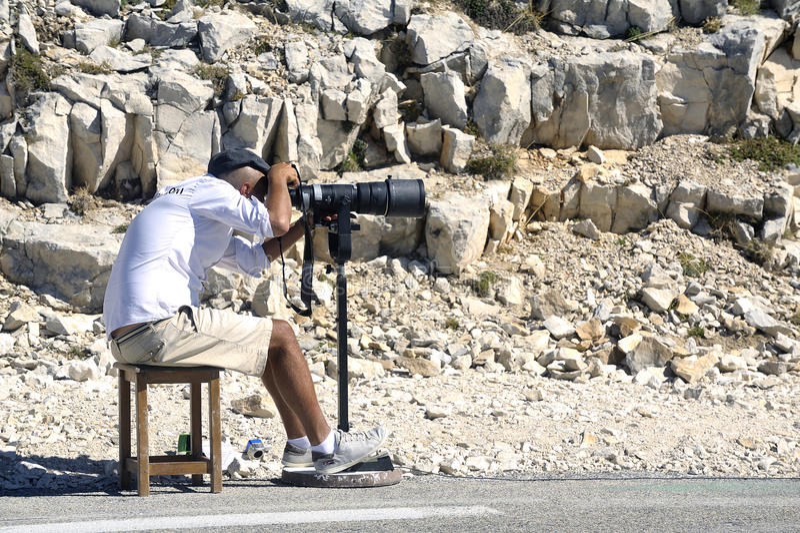 Ένας αθλητικός φωτογράφος πάνω από το υποστήριγμα Ventoux στοκ εικόνα