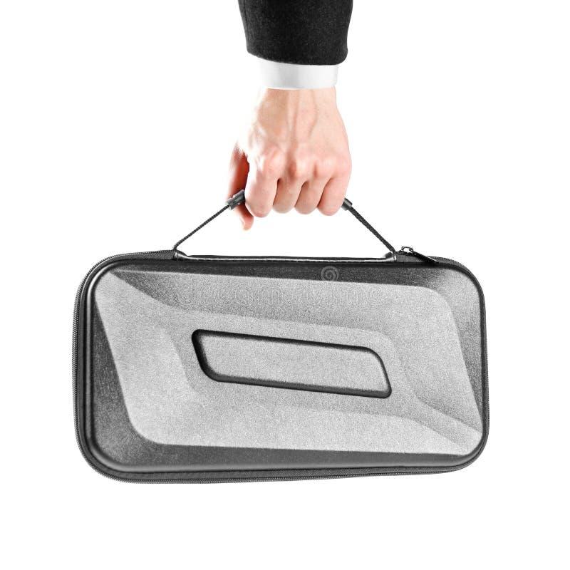 Ένας ανθρώπινος παραδίδει το άσπρο πουκάμισο και το μαύρο σακάκι κρατά μια μαύρη πλαστική βαλίτσα κλείστε επάνω η ανασκόπηση απομ στοκ φωτογραφία με δικαίωμα ελεύθερης χρήσης