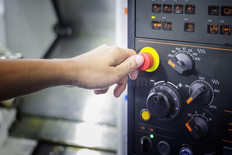 Ένας αντίχειρας έτοιμος να πιέσει το κουμπί στάσεων έκτακτης ανάγκης στο πίνακα ελέγχου στοκ φωτογραφία με δικαίωμα ελεύθερης χρήσης