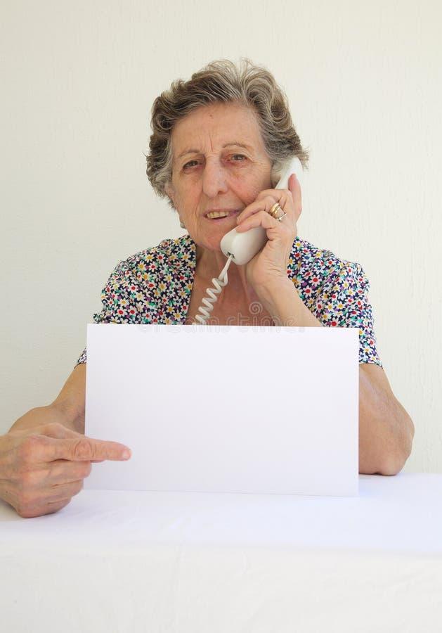 Ένας ανώτερος womn μιλά στο τηλέφωνο στοκ εικόνες