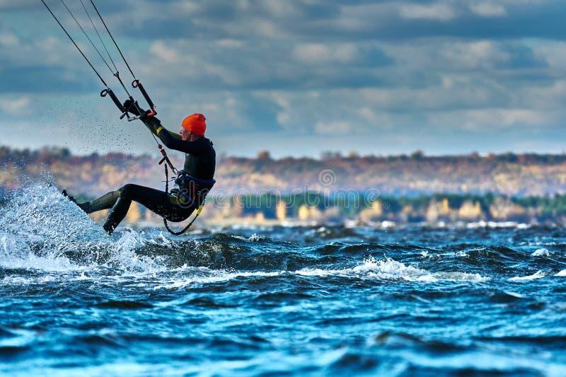 Ένας αρσενικός kiter γλιστρά στην επιφάνεια του νερού Παφλασμοί της μύγας νερού χώρια στοκ εικόνα