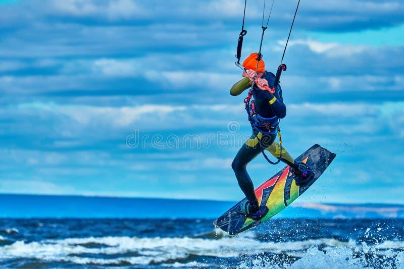Ένας αρσενικός kiter πηδά πέρα από μια μεγάλη λίμνη στοκ φωτογραφία με δικαίωμα ελεύθερης χρήσης