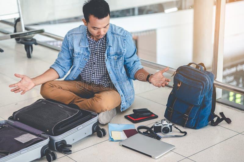 Ένας ασιατικός αρσενικός ταξιδιώτης δοκιμάζει το πρόβλημα της ανάγκης και του λ στοκ φωτογραφία
