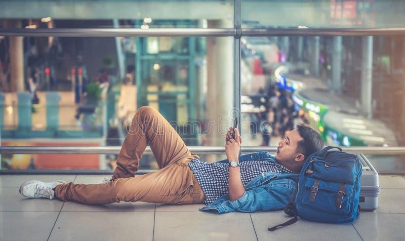 Ένας ασιατικός αρσενικός ταξιδιώτης δοκιμάζει το πρόβλημα των καθυστερήσεων μέσα στοκ εικόνα με δικαίωμα ελεύθερης χρήσης