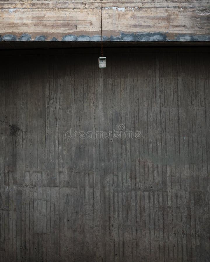 Ένας αστικός τοίχος και ένα birdhouse στοκ φωτογραφία με δικαίωμα ελεύθερης χρήσης