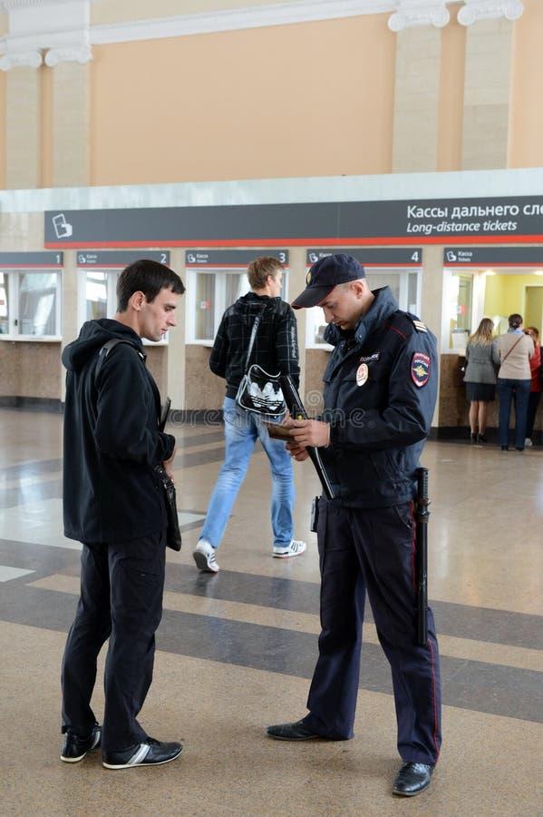 Ένας αστυνομικός ελέγχει τα έγγραφα από τους πολίτες στο σιδηροδρομικό σταθμό του σταθμού της Τούλα στοκ φωτογραφίες με δικαίωμα ελεύθερης χρήσης