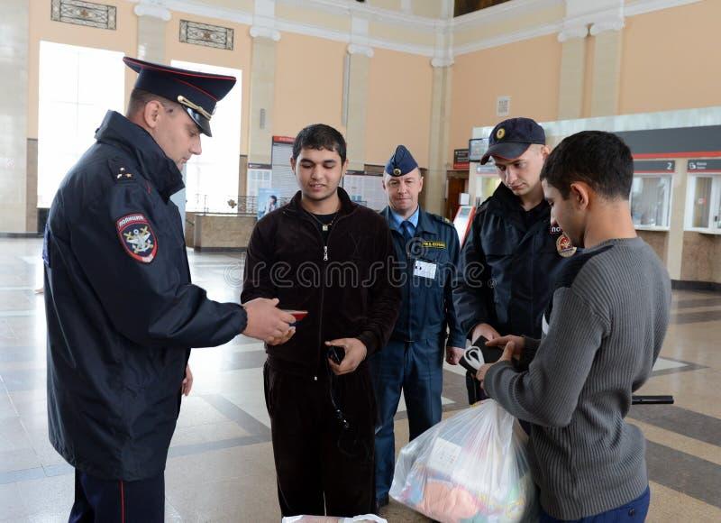Ένας αστυνομικός ελέγχει τα έγγραφα από τους πολίτες στο σιδηροδρομικό σταθμό του σταθμού της Τούλα στοκ εικόνα με δικαίωμα ελεύθερης χρήσης