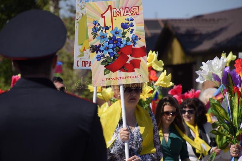 Ένας αστυνομικός, ο οποίος φωνάζει έξω την ηρεμία των πολιτών σε μια εορταστική πομπή Εορτασμός τον πρώτου του Μαΐου, η ημέρα στοκ εικόνες