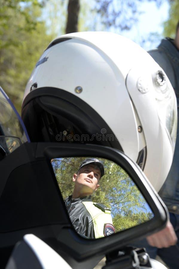 Ένας αστυνομικός σε μια μοτοσικλέτα στοκ εικόνα με δικαίωμα ελεύθερης χρήσης