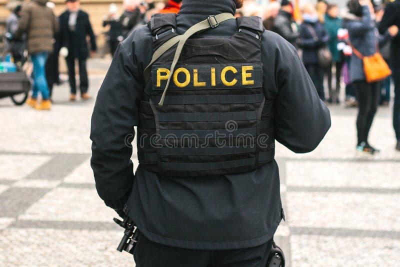 Ένας αστυνομικός στην προστασία της δημόσια τάξης Μια εννοιολογική εικόνα της προστασίας των ανθρώπων από την αστυνομία Επιβολή ν στοκ εικόνες με δικαίωμα ελεύθερης χρήσης
