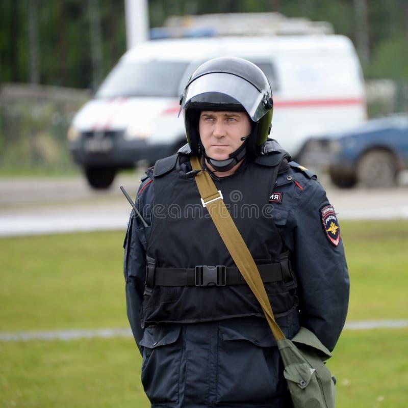 Ένας αστυνομικός στο κορδόνι κατά τη διάρκεια των ασκήσεων στοκ εικόνες με δικαίωμα ελεύθερης χρήσης