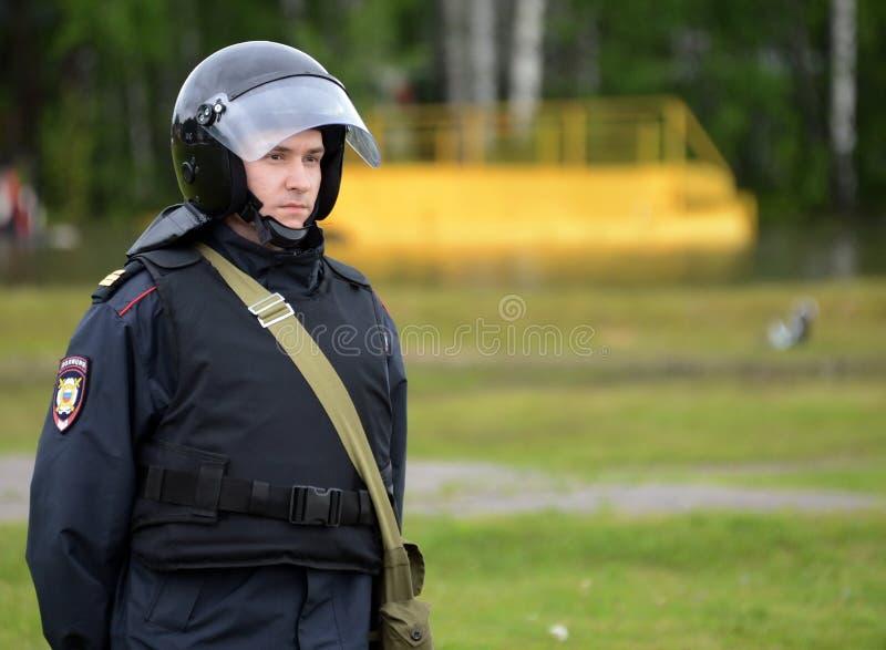 Ένας αστυνομικός στο κορδόνι κατά τη διάρκεια των ασκήσεων στοκ εικόνες