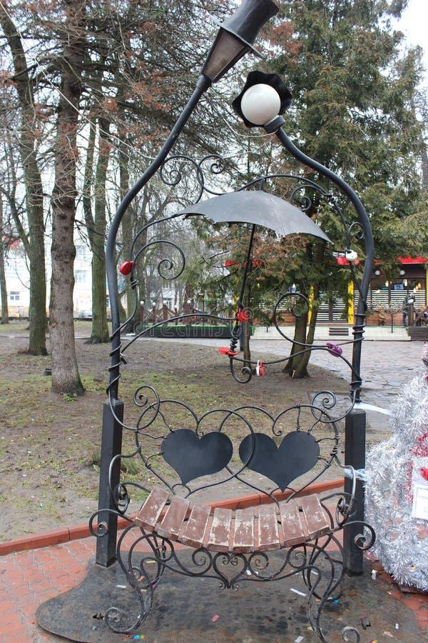 Ένας ασυνήθιστος πάγκος στο πάρκο στοκ εικόνα με δικαίωμα ελεύθερης χρήσης
