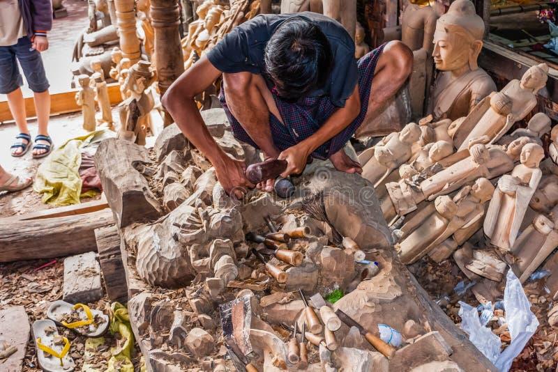 Ένας βιοτέχνης στην εργασία σε ένα εργοστάσιο Βούδας-παραγωγής στο Mandalay, το Μιανμάρ στοκ εικόνα