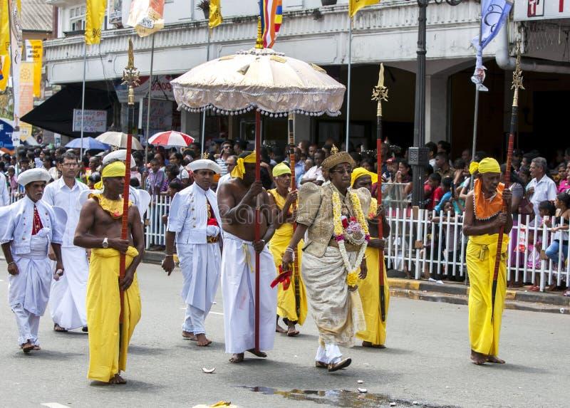 Ένας βουδιστικός ιερέας ναών με τις εθιμοτυπικές φρουρές στοκ φωτογραφία με δικαίωμα ελεύθερης χρήσης